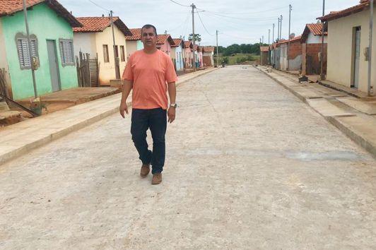 Prefeito Márcio Mariano na rua pavimentada do Conjunto Habitacional